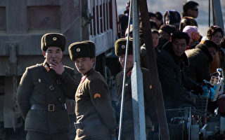2016年2月,朝鮮士兵站在新義州鴨綠江上的一條船上。 (JOHANNES EISELE/AFP/Getty Images)