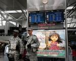 土耳其机场连环爆后,美国运输安全管理局(TSA)已在全美主要机场加强安检。图为纽约肯尼迪机场。(Spencer Platt/Getty Images)