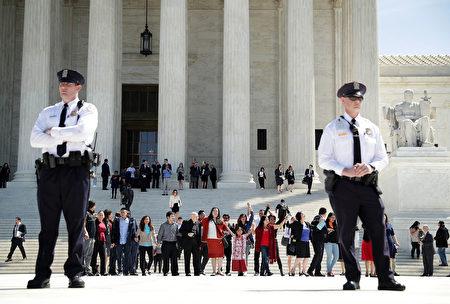 4月18日美国高院对奥巴马移民改革行政令是否可以实施举行听证。图为高院外的示威人群。(Alex Wong/Getty Images)