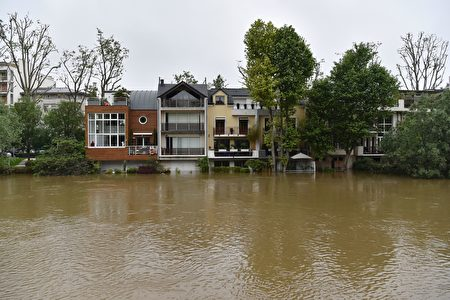 A picture taken on June 4, 2016 shows flooded house in Neuilly-sur-Seine near Paris. The rain-swollen River Seine in Paris reached its highest level in three decades on June 3, 2016, spilling its banks and prompting the Louvre museum to shut its doors and evacuate artworks in its basement. Parisians were urged to avoid the banks of the river which was expected to reach a peak of six metres (19 feet) Friday, while deadly floods continued to wreak havoc elsewhere in France and Germany. / AFP / ALAIN JOCARD (Photo credit should read ALAIN JOCARD/AFP/Getty Images)