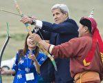 美国国务卿克里于2016年6月5日抵达蒙古访问,称赞蒙古是该地区的民主绿洲。本图为克里参加蒙古那达慕大会的开幕式,进行拉弓射箭仪式。(SAUL LOEB/AFP/Getty Images)