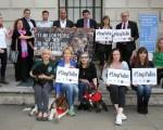 6月7日,包括美国女演员费雪(Carrie Fisher)在内的多名爱狗人士到中共驻伦敦大使馆前抗议,要求中共当局停办玉林狗肉节。(Neil P. Mockford/Getty Images)