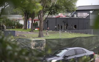 美国佛州奥兰多市一家夜店发生大屠杀枪击惨案,有目击者说,当时枪声就像滚雷一样,枪响几乎延续整首歌曲的长度。图为FBI在现场。(Joe Raedle/Getty Images)