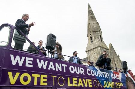 圖為英國獨立黨領導人Nigel Farage(右)在6月13日的一個脫歐活動上造勢。 (CHRIS J RATCLIFFE/AFP/Getty Images)