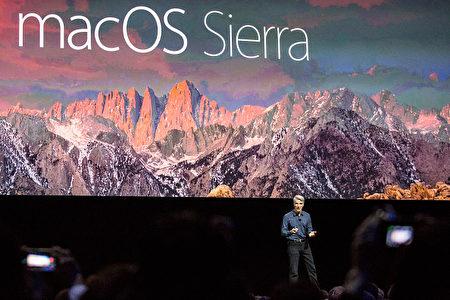 6月13日,苹果资深副总裁: Craig Federighi再全球开发者大会上介绍苹果的MacOS Sierra 新功能。 (Andrew Burton/Getty Images)