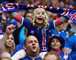 6月14日,2016欧洲杯F组葡萄牙对冰岛的比赛,冰岛小球迷。(Michael Steele/Getty Images)