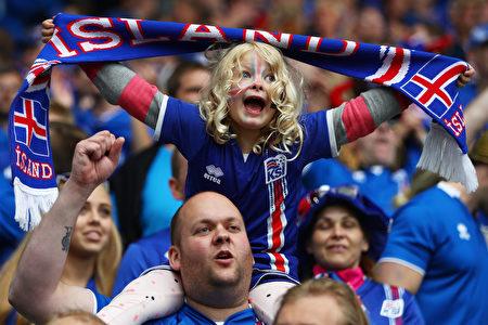 6月14日,2016歐洲盃F組葡萄牙對冰島的比賽,冰島小球迷。(Michael Steele/Getty Images)
