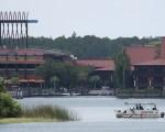迪士尼宣布,将在渡假村内的湖边,树立鳄鱼警告牌,并将对区内的安全事宜给予彻底检视。 (GREGG NEWTON/AFP/Getty Images)