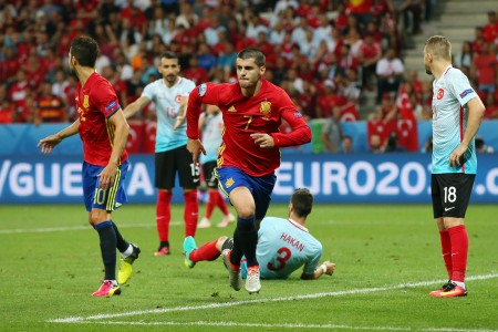 西班牙的 Alvaro Morata ,前)射門後得分。 (Alex Livesey/Getty Images)