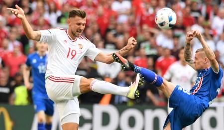 匈牙利的普里什金(Tamas Priskin, 左) 和冰岛的阿里斯库拉森(Ari Skulason)在比赛中。(BORIS HORVAT/AFP/Getty Images)