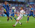西古尔德松(左蓝衣6号)积极参与防守与中前场调动,是冰岛队不可或缺的主力。(Lars Baron/Getty Images)