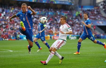 西古爾德松(左藍衣6號)積極參與防守與中前場調動,是冰島隊不可或缺的主力。(Lars Baron/Getty Images)