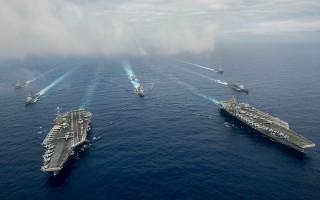 美國「斯坦尼斯」號航母戰鬥群和「里根」號航母戰鬥群18日在菲律賓海展開防空、海上偵察,以及遠程攻擊演習。 (U.S. Navy via Getty Images)