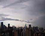 中国华融资产管理公司肩负着吸收中国坏账的重任。它上周五(6月24日)说计划申请在上海公开募股10亿美元。而不到一年前,它刚刚在香港公开募股25亿美元。(JOHANNES EISELE/AFP/Getty Images)