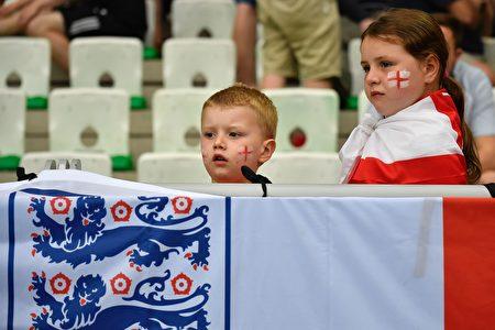 英格蘭的小球迷在場邊加油。( JEFF PACHOUD/AFP/Getty Images)