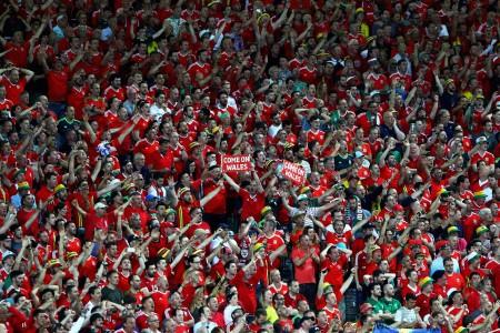 6月20日,歐洲杯B組威爾士對陣俄羅斯的比賽,威爾士以3:0完勝俄羅斯,現場威爾斯隊的球迷歡欣鼓舞。(Ian Walton/Getty Images)[/caption]  [playlist type=