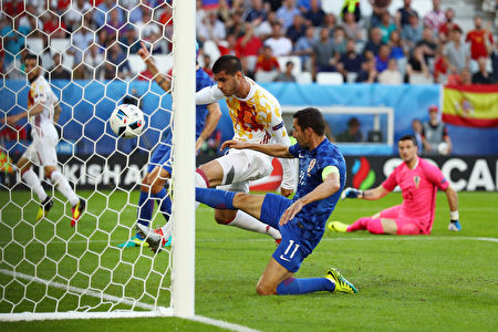 BORDEAUX, FRANCE - JUNE 21:  Alvaro Morata of Spain scores the opening goal during the UEFA EURO 2016 Group D match between Croatia and Spain at Stade Matmut Atlantique on June 21, 2016 in Bordeaux, France.  (Photo by Ian Walton/Getty Images)