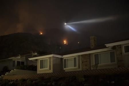 美国加州洛杉矶东北的圣盖博山山麓两处野火火势已被控制,林务局发言人朱迪于2016年6月22日表示,杜阿尔特市的534户居民,已可以回被强制疏散的家中。(David McNew/Getty Images)