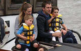 2016年6月22日,英國倫敦,英國遇刺女議員考克斯的丈夫布蘭登(右)帶著兒女坐船準備參加紀念活動 。(Dan Kitwood/Getty Images)