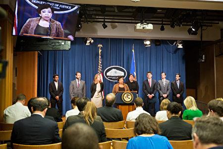 6月22日,美国司法部长林奇(中,发言者)与其他执法官员召开新闻发布会,宣布全美史上最大一次打击医疗保险欺诈行动,共逮捕了301人。 ( Allison Shelley/Getty Images)