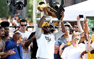 NBA騎士當家球星詹姆斯現場舉起NBA總冠軍獎盃 。( Mike Lawrie/Getty Images)