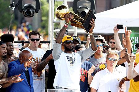 NBA骑士当家球星詹姆斯现场举起NBA总冠军奖杯 。( Mike Lawrie/Getty Images)