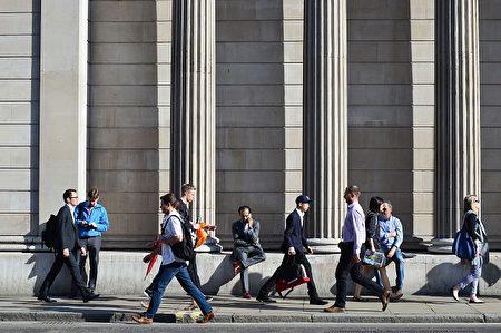 2016年6月24日,英國央行表示,將採取一切必要措施維護金融市場的穩定。圖為英國央行外的人群。(DANIEL SORABJI/AFP/Getty Images)