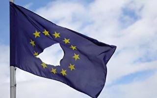 2016年6月24日,英國脫歐公投之後,英國柴郡诺世佛飄揚的歐盟旗幟被挖了一個洞。(Christopher Furlong/Getty Images)