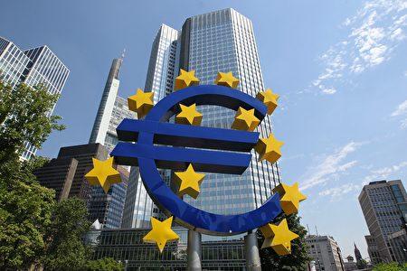 英國贏得脫歐公投出來後,荷蘭政治家表示,這意味著歐盟需要進行實質性的改革。圖為在法蘭克福歐洲央行的總部前門的歐元標誌。     (DANIEL ROLAND/AFP/Getty Images)