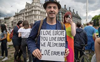 英國反「脫歐」(Brexit)的抗議活動在倫敦街頭展開,示威者揮舞著歐盟旗幟,拿著寫有「留在歐盟」的海報,並舉著橫幅。 (Matt Cardy/Getty Images)
