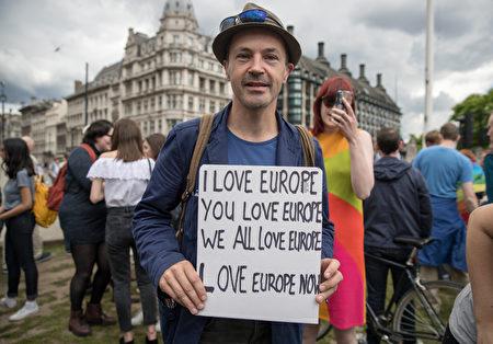 """英国反""""脱欧""""(Brexit)的抗议活动在伦敦街头展开,示威者挥舞著欧盟旗帜,拿着写有""""留在欧盟""""的海报,并举著横幅。 (Matt Cardy/Getty Images)"""