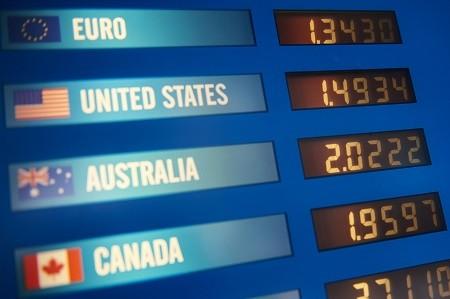 英国公投脱欧令金融市场大动荡,英镑汇率大跌,使英国商品变得较为便宜,网上代购业务立马红火起来。图为6月25日伦敦一家货币兑换店外的英镑汇率显示屏。(NIKLAS HALLE'N/AFP/Getty Images)