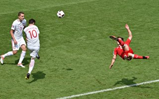Switzerland's midfielder Xherdan Shaqiri (R) shoots to score his team's equaliser during the Euro 2016 round of sixteen football match Switzerland vs Poland, on June 25, 2016 at the Geoffroy Guichard stadium in Saint-Etienne. / AFP / JEAN-PHILIPPE KSIAZEK        (Photo credit should read JEAN-PHILIPPE KSIAZEK/AFP/Getty Images)