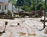 洪水造成当地道路泥泞不堪。有些地区还伴有落石。(Photo by Ty Wright/Getty Images)