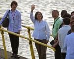 2016年6月26日,中华民国总统蔡英文(左二)访问巴拿马,在巴拿马运河Miraflores岸边向媒体招手。( JOHAN ORDONEZ/AFP/Getty Images)