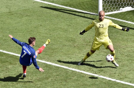 France's forward Antoine Griezmann (L) and Ireland's goalkeeper Darren Randolph vie for the ball during the Euro 2016 round of 16 football match between France and Republic of Ireland at the Parc Olympique Lyonnais stadium in Décines-Charpieu, near Lyon, on June 26, 2016. France won the match 2-1. / AFP / JEAN-PHILIPPE KSIAZEK        (Photo credit should read JEAN-PHILIPPE KSIAZEK/AFP/Getty Images)