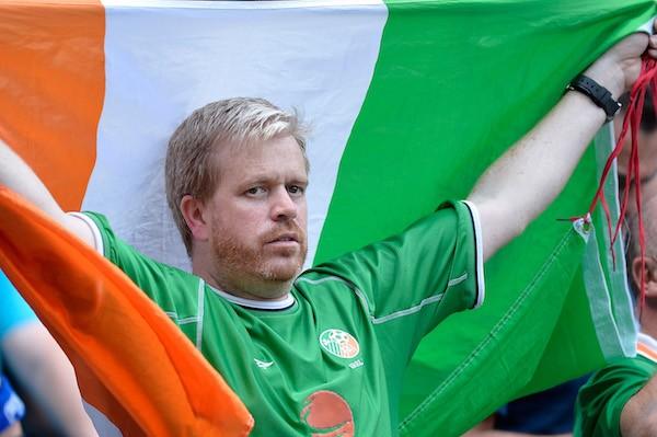 欧洲杯正能量 爱尔兰球迷获巴黎市勋章
