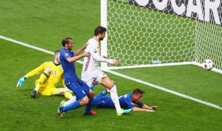 PARIS, FRANCE - JUNE 27:  Giorgio Chiellini (2nd L) of Italy scores the opening goal during the UEFA EURO 2016 round of 16 match between Italy and Spain at Stade de France on June 27, 2016 in Paris, France.  (Photo by Clive Rose/Getty Images)