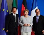 6月27日, 德国总理默克尔(中)法国总统奥朗德(右)和意大利总理伦齐在柏林总理府会面并举行记者会。默克尔称,在英国提出申请前,不会推动英国脱欧谈判程序。(JOHN MACDOUGALL/AFP/Getty Images)
