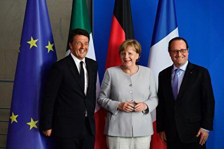 6月27日, 德國總理默克爾(中)法國總統奧朗德(右)和意大利總理倫齊在柏林總理府會面並舉行記者會。默克爾稱,在英國提出申請前,不會推動英國脫歐談判程序。(JOHN MACDOUGALL/AFP/Getty Images)