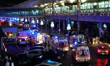 当地时间28日晚,土耳其伊斯坦布尔阿塔图克国际机场发生3起自杀式爆炸。 (Mehmet Ali Poyraz/Getty Images)