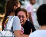 6月28日在伊斯坦布尔机场恐袭案中丧失亲人的一位母亲痛苦不堪。(BULENT KILIC/AFP/Getty Images)