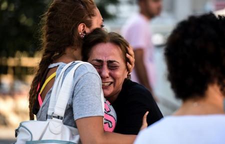 6月28日在伊斯坦布爾機場恐襲案中喪失親人的一位母親痛苦不堪。(BULENT KILIC/AFP/Getty Images)