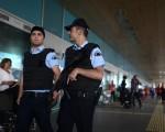 土耳其伊斯坦布尔机场28日晚遭遇自杀炸弹攻击及开枪滥射,造成41人死亡。图为29日在机场巡逻的安全人员。(Defne Karadeniz/Getty Images)