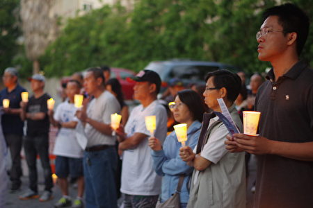 6月4日晚,洛杉矶民众在中领馆前烛光纪念六四27周年。(刘菲/大纪元)