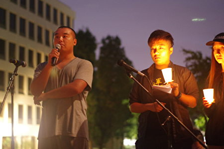 """6月4日晚,洛杉矶民众在中领馆前烛光纪念""""六四""""27周年。图为一名90后青年(左)发言。(刘菲/大纪元)"""