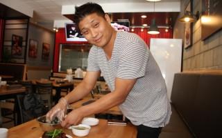 .金鉉棕親自示範怎麼吃韓式飯糰。(徐綉惠)