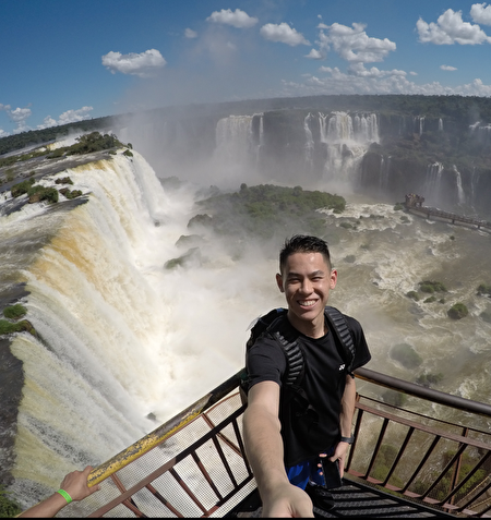 为了争取奥运积分,舒之颢一年至少飞二十几亇国家,比赛之余,也会游覧当地的观光胜地. 这是 阿根廷 和巴西边界的伊瓜苏瀑布 (Cataratas del Iguazu). 世界三大瀑布之一。(舒之颢提供)