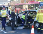 週四上午,悉尼南區好事圍(Hurstville)的Croydon路和Queens路交叉路口,發生車禍。救援人員正在現場施救卡在車中的乘客。(安平雅/大紀元)
