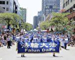 6月24日,身著藍白相間的中國古裝的法輪大法天國樂團參加了蒙特利爾的省慶大遊行。天國樂團是本次遊行中唯一一支以華人為主體的軍樂團,也是規模最大的遊行隊伍之一,步伐整齊,樂曲新穎雄壯,讓現場觀眾讚歎不已。(言明 / 大紀元),